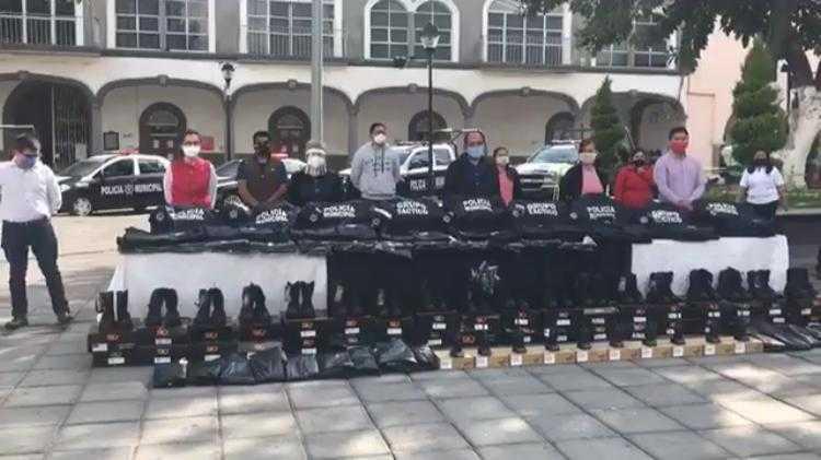 Edil de Zacatelco reconoce la labor de los policías y los dota de nuevos uniformes