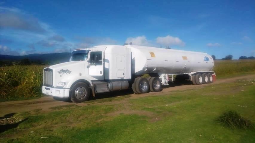 En Nanacamilpa, la ces asegura un camión tipo pipa con hidrocarburo