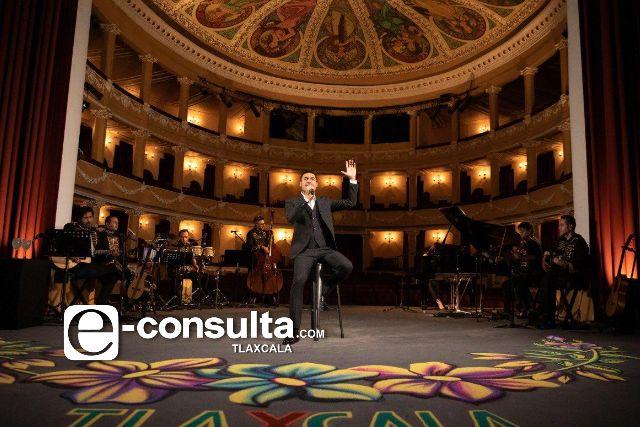 Celebra Carlos Rivera a México con concierto acústico desde Tlaxcala