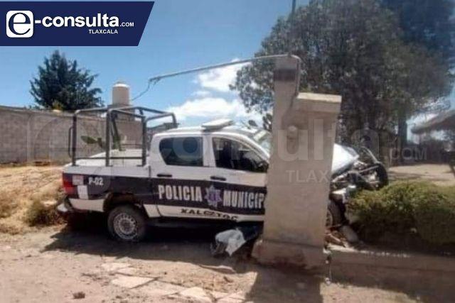 Mujer policía choca una patrulla en Xaloztoc