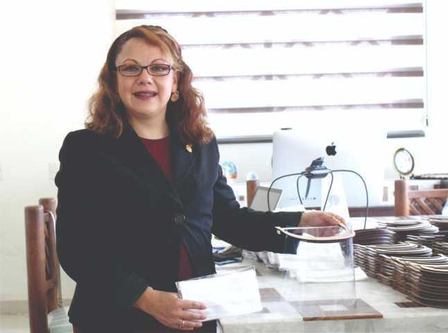 Realiza Claudia Pérez donación de mil caretas con cubrebocas para protección del virus