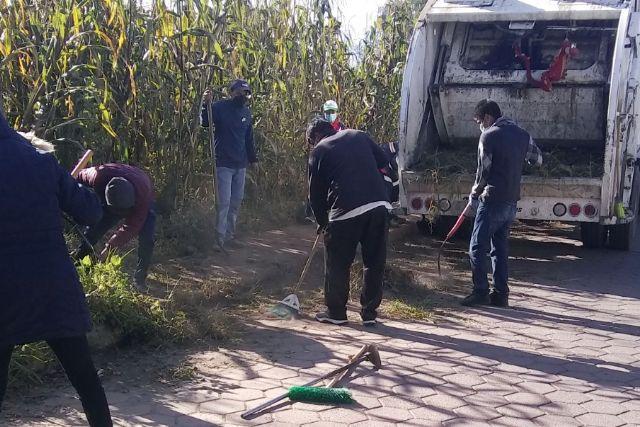 Llevan a cabo faena de limpieza en calles del barrio de Chimalpa