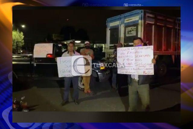 Comerciantes se manifiestan en Zacatelco, cierran carretera federal