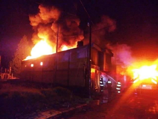 El cuerpo de bomberos sofocó un incendio en una bodega textil en Chiautempan