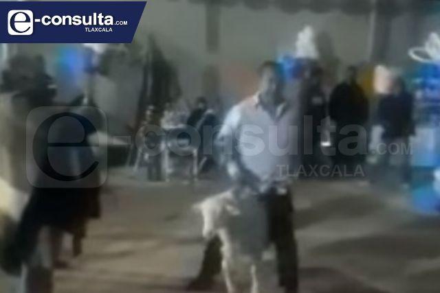Edil cachondo de Zitlaltepec lo captan ebrio y bailando con un borrego