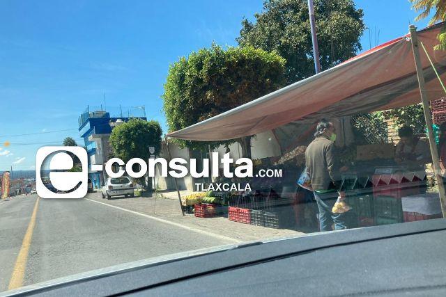 Se adueñan comerciantes de la banqueta y acotamiento en Apetatitlán