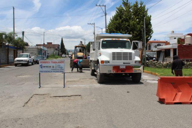 Servicios públicos de SPM realizan trabajos de bacheo en camino a Tlaltepango