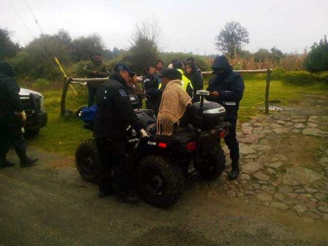 Elementos de la policía de montaña, localizan una familia extraviada en La Malinche