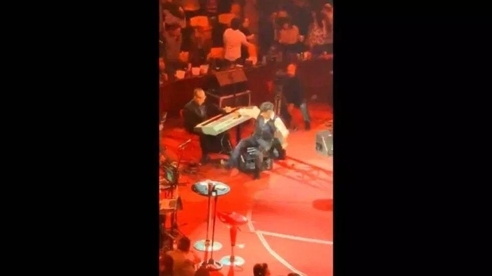 Alejandro Fernández se tropieza durante su interpretación en la Feria de León