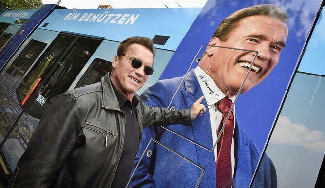 Arnold Schwarzenegger ayuda anciana ante un desalojo