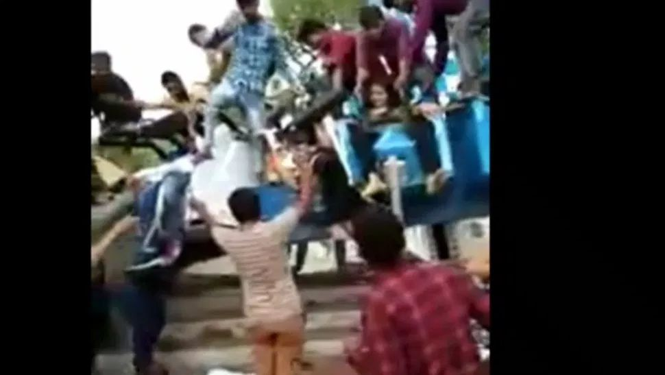 Un juego mecánico en la India mata a 3 personas al partirse en dos