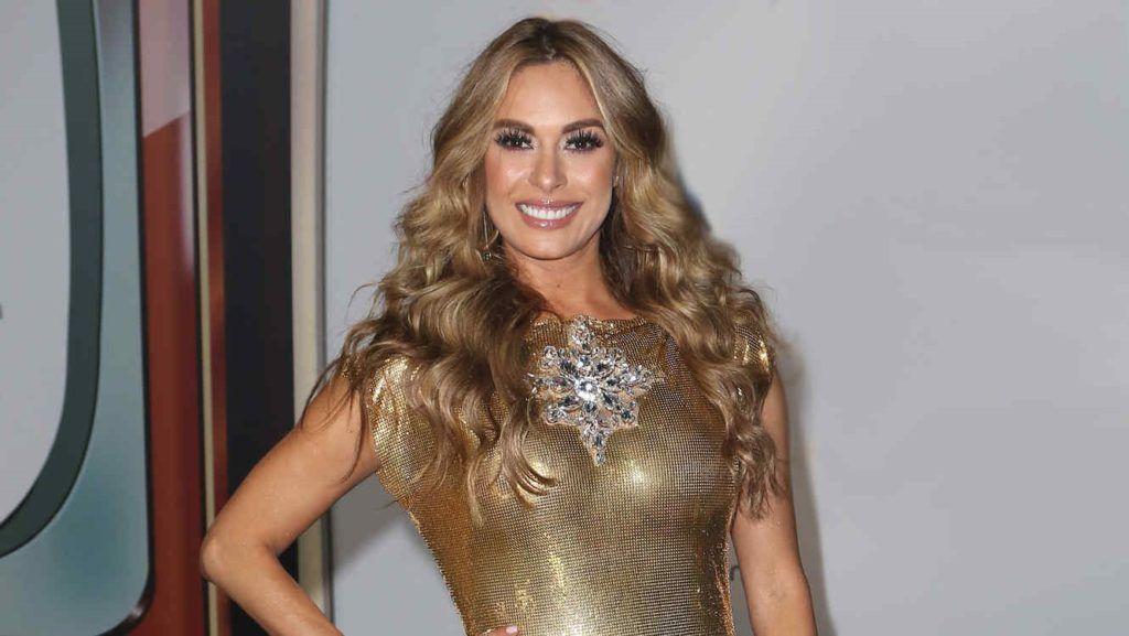 La conductora Galilea Montijo se pasea con poca ropa por los pasillos de Televisa