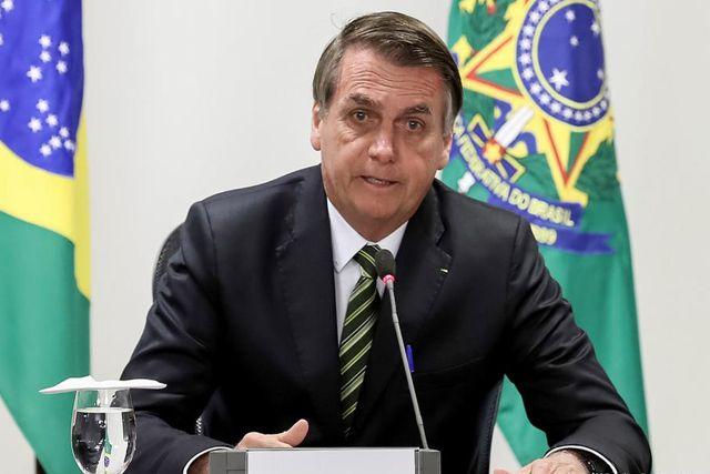 Presidente de Brasil confunde a niño por enano y lo carga frente a la gente