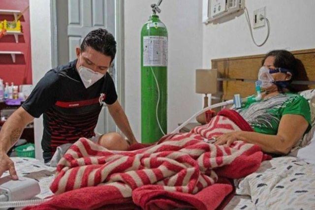 Saturación hospitalaria por Covid en Brasil obliga a médico atender a su mamá en su casa