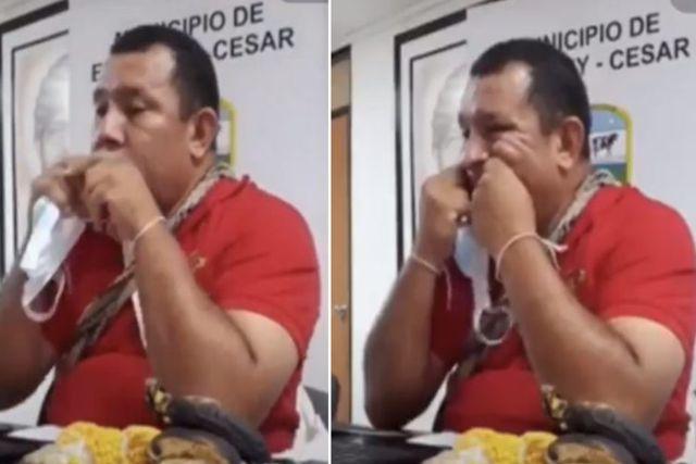 Edil Colombiano es captado usando el cubrebocas como hilo dental