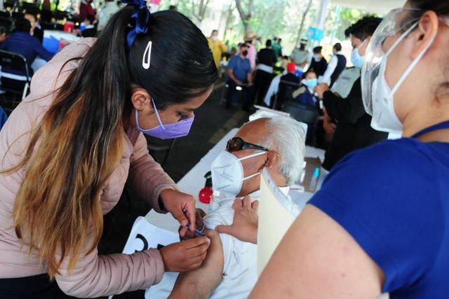 Jóvenes chilangos se disfrazan de adultos mayores para recibir la vacuna vs el Covid