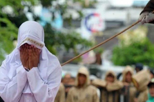 Indonesia: Joven es azotada en público por acercarse demasiado a su novio