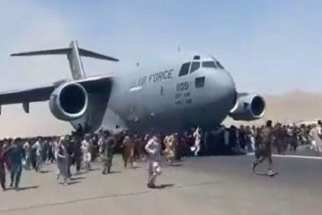 Encuentran restos humanos en llantas de avión de EU que partió de Kabul