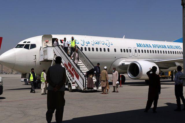Talibanes impiden vuelos para evitar que escapen de su país