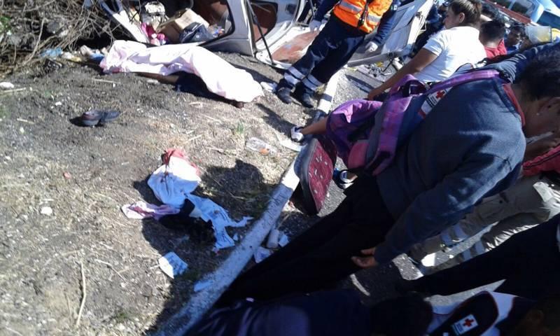 Mueren 7 personas tras volcadura de Urvan en Tlaxcala