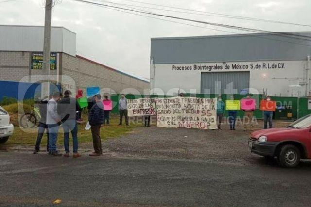 Salen a las calles ciudadanos de Papalotla para exigir el cierre de una empresa
