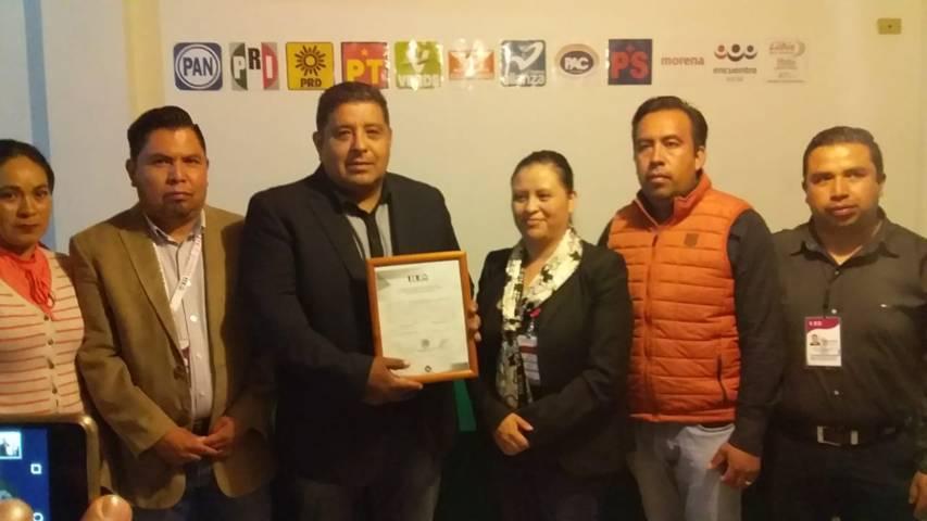 Recibió Víctor Castro López constancia de mayoría