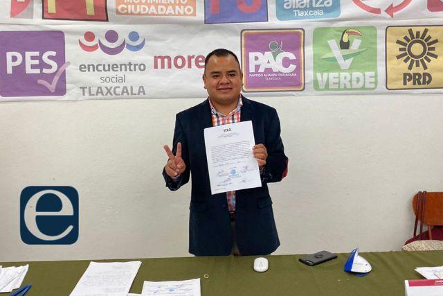 Ángelo Gutiérrez, alcalde electo de Apetatitlán, recibe constancia de mayoría