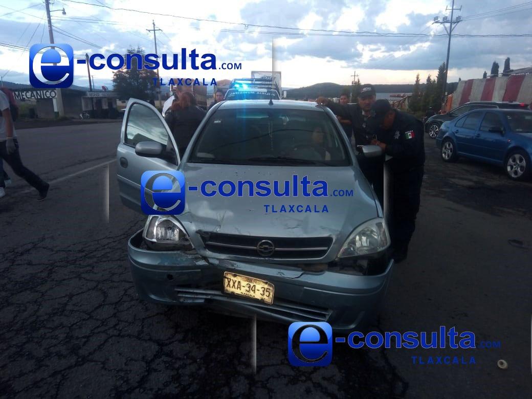 Aparatosa carambola de autos deja dos heridos en Tetla