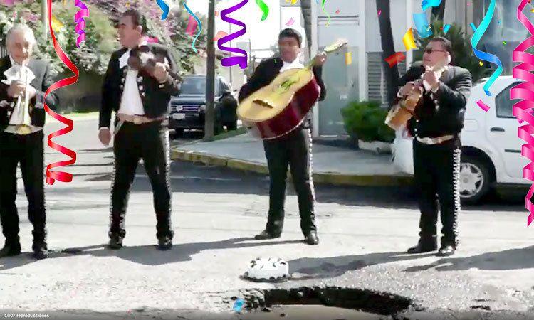 Celebran con pastel y mariachi el arreglo de un bache en Puebla
