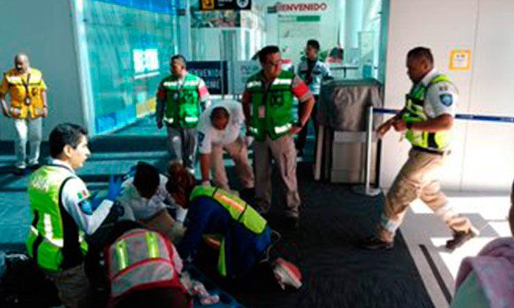 Avión aterriza de emergencia en Puebla luego de que aeromozas salvarán vida a un bebé