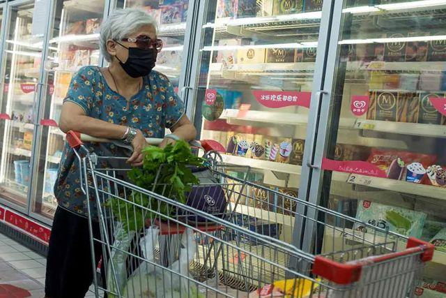 Encuentran muestra viva de covid en comida congelada en China