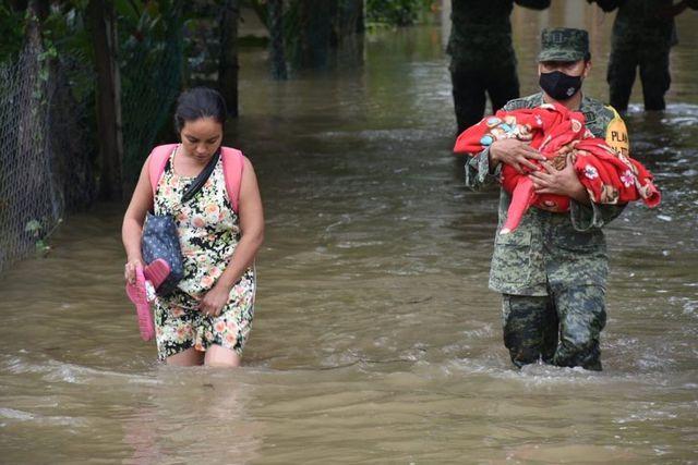 Arremeten contra AMLO por falta de apoyo en inundación en Tabasco