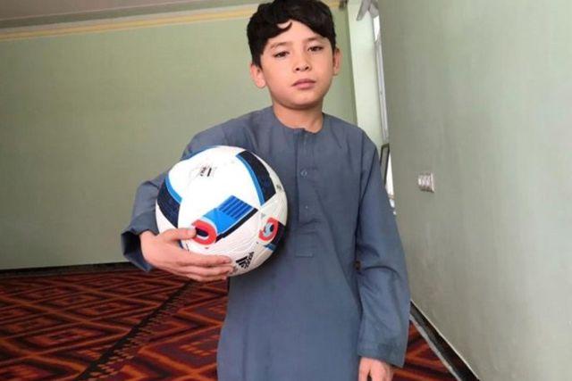 Niño afgano pide ayuda para salir de Kabul
