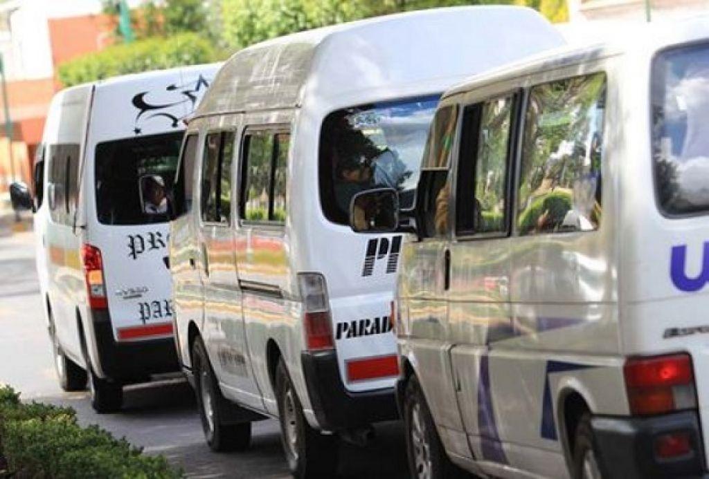 Cafre tira a mujer de unidad se transporte público