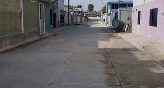 Participación de vecinos hace posible la pavimentación de una calle en Ixtacuixtla