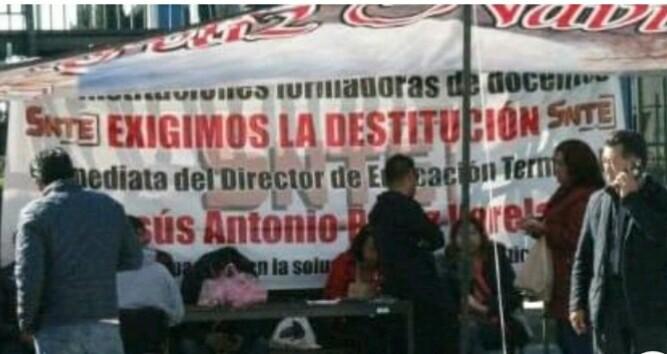 Se manifiestan en la Unidad de Servicios Educativos de Tlaxcala