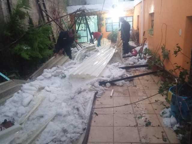 Gobierno de Nanacamilpa auxilia a familias afectadas por granizada