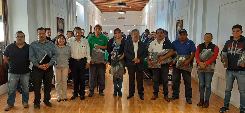 Alcalde dota de uniformes nuevos a Policías, Paramédicos y personal de PC municipal