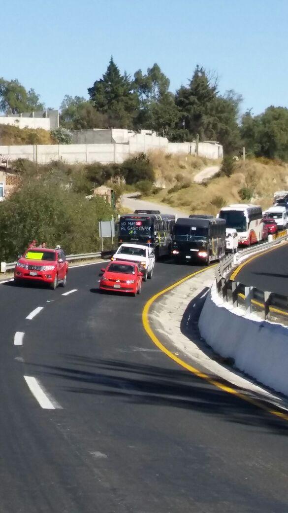 Se movilizan transportistas sobre la carretera Apizaco-Tlaxcala