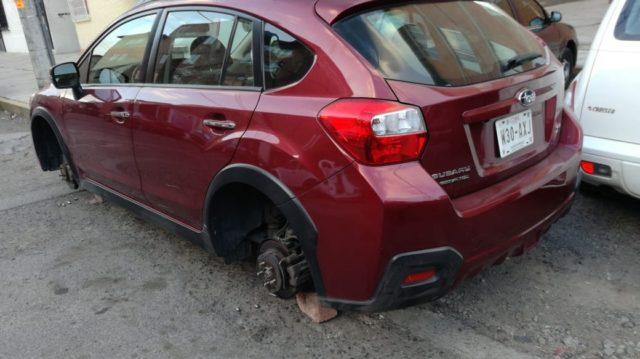 Amanecen dos vehículos sin neumáticos en Chiautempan