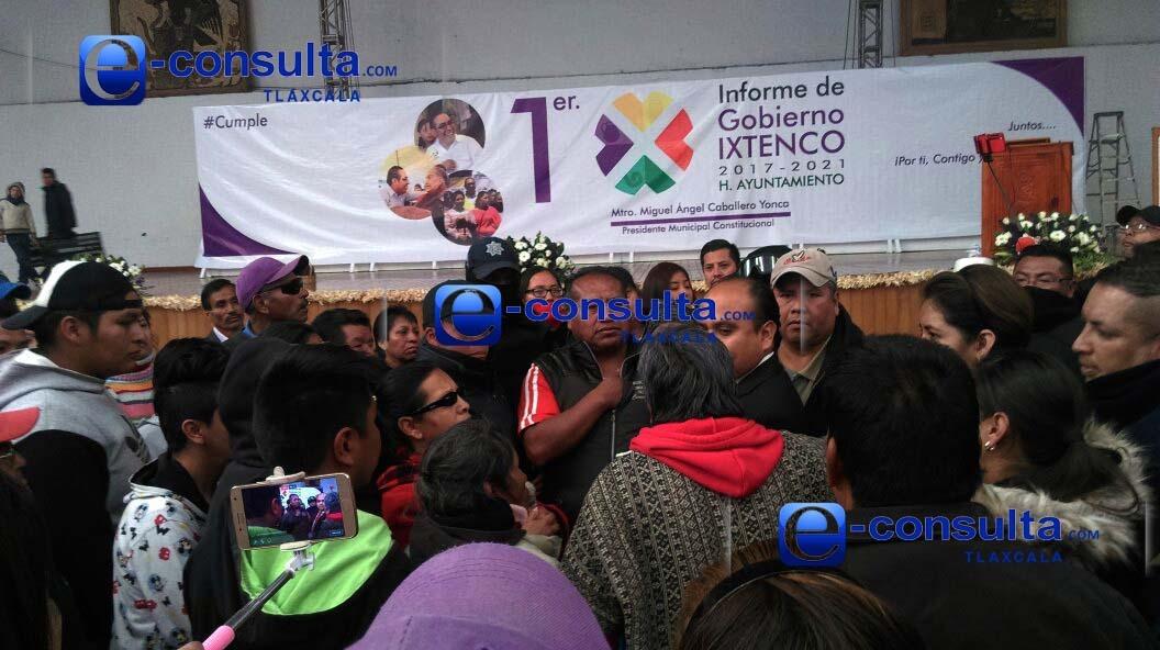 Amagan manifestantes con quemar presidencia de Ixtenco