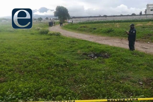 Localizan un cadáver atado de pies y manos en Ayometla