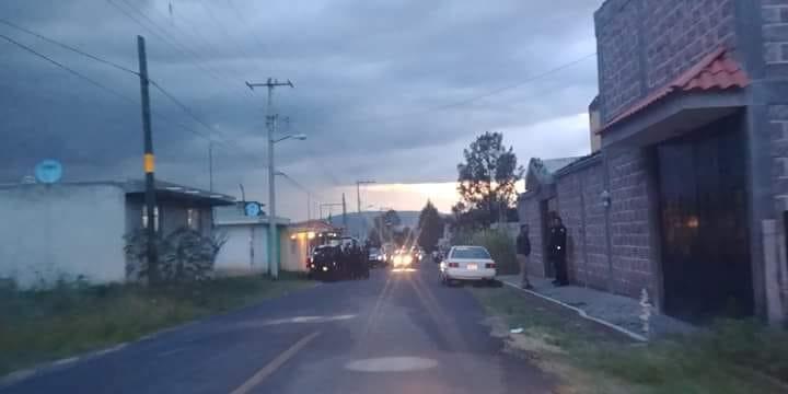 Pobladores de Tlalcuapan retienen a policías por extorsionadores