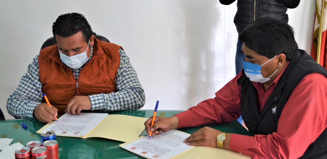 Firman convenio de colaboración Tzompantepec y Coaxomulco para unión de caminos