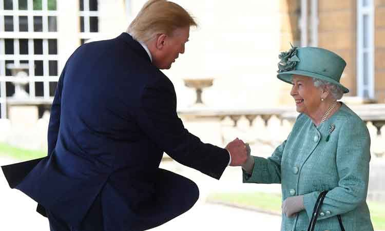 Donald Trump se salta los protocolos de saludo con la Reina Isabel II