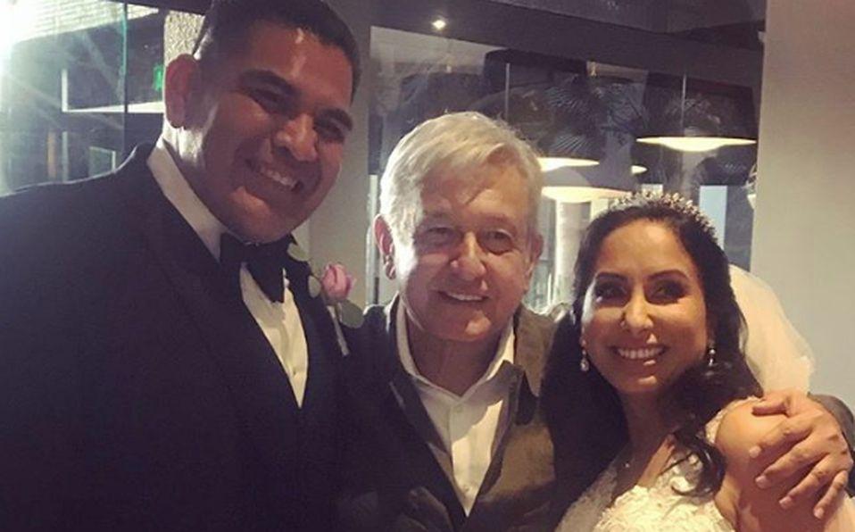 El Presidente AMLO se mete a una boda para promocionarse en Tijuana