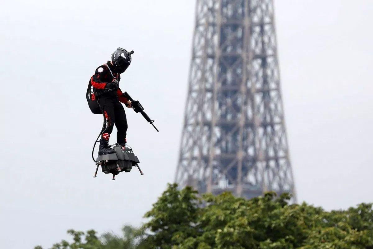 Presentan en Francia el primer soldado volador del futuro