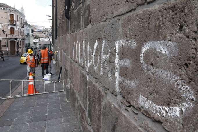 La policía de Colombia obliga a manifestantes a limpiar los grafitis de las paredes