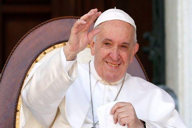 Se disculpa el Papa con una mujer por reprenderla al jalarlo mientras saludaba a fieles