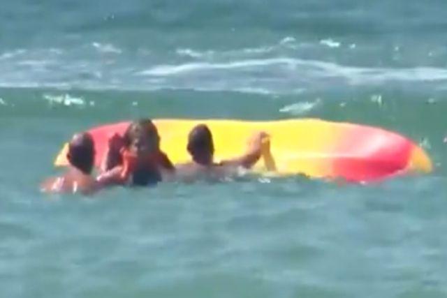 Rescata el Presidente de Portugal a 2 jóvenes de ahogarse; Lo llaman el HÉROE